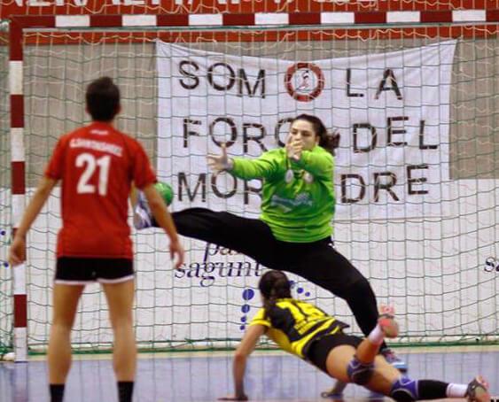 El BM Morvedre supera la intensidad del Handbol Mataró para seguir como líder